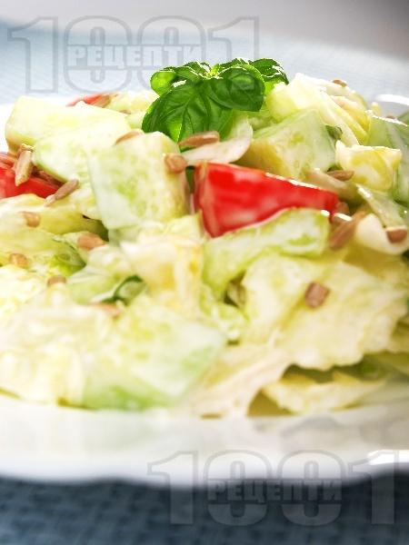 Салата айсберг с чери домати, краставици, майонеза и слънчогледови семки - снимка на рецептата